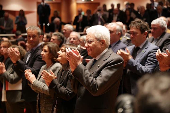 Il Presidente Mattarella applaude il coro (Small)